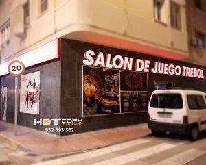 Salón de juego Trebol+ (Cádiz capital) rótulo no luminoso con perfilería de aluminio blanca.