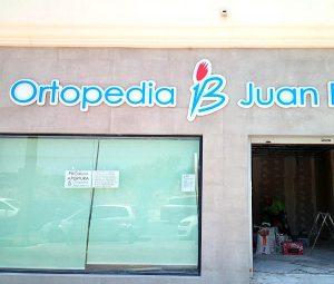 Letras corpóreas retroiluminadas con Leds, realizadas en PVC de 19mm pintados y montados sobre base de panel composite blanco, para Ortopedia Juan Bravo de Fuengirola.
